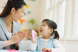 Bé mỉm cười với bạn, hãy mỉm cười lại, gật đầu hay trò chuyện với bé là cách giúp bé thông minh hơn